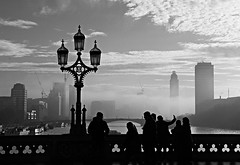 the selfie (Fotoristin - blick.kontakt) Tags: london bridge blackandwhite light fog people travel sun silhouettes selfie clouds buildings architecture water lamp westminsterbridge ships theselfie tourists sightseeing fotoristin