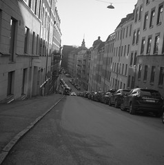Streetviews. (rotabaga) Tags: sverige sweden svartvitt göteborg gothenburg lomo lomography lubitel166 twinlens ilford r09 diy blackandwhite bw bwfp 120 6x6 mediumformat mellanformat