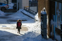 L'hiver à Montréal / Montréal Winter (Mad Blike) Tags: nikon nikoncorporation nikond7000 7003000mmf4056 hiver winter neige snow montreal montréal quebec québec reflex dslr lenskit ombres shadows badaud onlooker piéton pedestrian déambuler strolling