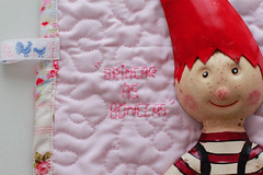 C (Canela Cheia) Tags: bonecas almofada artesanato bed bedsheets brincar brinquedo cama christmas conjunto corderosa criança dolls dots freehandquilting handmade kids lace lencois patchwork pillow pink play pontos quilt renda retalhos toy