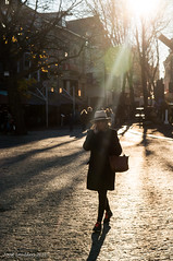 Beam me up (Streetphotography by Joost Smulders) Tags: streetphotography straatfotografie candid urban stad city utrecht holland nederland mensen people vrouw woman tegenlicht spiegeling reflectie contrast againstlight neude straal lichtstraal light lightbeam rayoflight