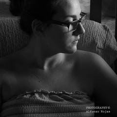 Pensadora (alfonsorojas173) Tags: blanco mujer y low bajo negro paso torso pensadora