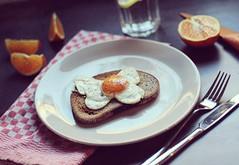 Spiegelei (kathibro92) Tags: spiegelei egg frühstück breakfast bread desayuno huevo unschärfe orange teller apfelsine kariert naranja yummy essen shot