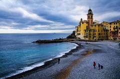 Un giorno d'inverno a Camogli (encantadissima) Tags: camogli liguria streetphotography people panorama nuvole mare spiaggia
