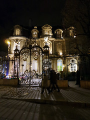Artcurial (Toni Kaarttinen) Tags: paris france lamp night fence lights evening frankreich frana castiron mansion frankrijk prizs francia iledefrance parijs parisian pars  parigi frankrike  pary   artcurial francja ranska pariisi  franciaorszg  francio parizo  frana
