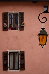Svizzera 2017 (043) (Pier Romano) Tags: svizzera switzerland vacanza vacanze holiday holidays photo fotografie annecy francia france finestre windows lampione
