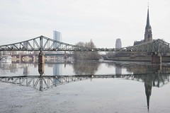 DSC07163Fl (Christa Oppenheimer) Tags: eis kälte frankfurt stadt main eisekälte brücken eisernersteg spiegelbild fluss
