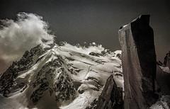 Monolithe de Granite (Frédéric Fossard) Tags: noiretblanc monochrome paysage montagne nature altitude glacier neige granite rocher gendarme arêtedescosmiques montblancdutacul alpinisme alpes hautesavoie massifdumontblanc texture grain nuage lumière ombre atmosphère