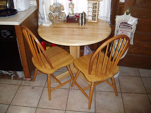 kitchen table n chairs