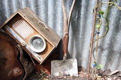 Garden Music (silkegb) Tags: abandoned broken radio antique tools damage antiques tool banal pala herramientas antiguedades abandonada herramienta werkzeug antigedades rosty antigedad nottoday