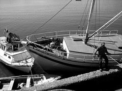 l, su cigarro y su barco. (ESTO NO EXISTE) Tags: chile sea bw man mar barco ship bn castro hombre chilo fotografax
