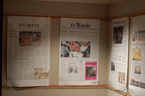 Blown up front pages at UC Berkely Grad School of Journalism par Steve Rhodes