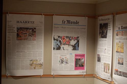 Blown up front pages at UC Berkely Grad School of Journalism par Steve Rhodes