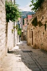Alleyway (Chris_Sta.) Tags: nikon small f100 alleyway rab craotia kraotien rabcity