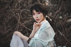 IMG_3039 (Yi-Hong Wu) Tags: 芒草 漢服 芒花 古裝 漢 女生 女孩 女性 女 女子 人 女人 山上 互惠 雪景 扇子 傘 逆光 舞 曜光 反射 情緒 可愛 美麗 外拍 室外 戶外