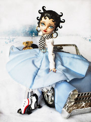 Feel like going to Italy... (NylonBleu) Tags: eah ever after high ooak custo repaint nylonbleu refabrication betty boop vacances romaines audrey hepburn voiture rétro 50s car