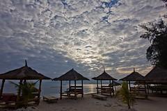 Cloudy morning (Jhaví) Tags: cloudy nublado arena sand playa beach palmeras naturaleza relax hollidays vacaciones asia lombok air gili indonesia
