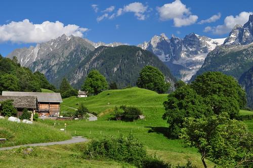 Balcon sur les Alpes, village de Soglio, commune de Bregaglia, Val Bregaglia, district de Maloja, canton des Grisons, Suisse.