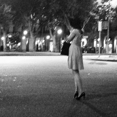 Mujer que se va (organiq) Tags: barcelona street blancoynegro night noche calle mujer femme streetphotography rue nit dona blancinegre  blancetnoir  strase  fotografadecalle schwarzweisfotografie strasenfotografie