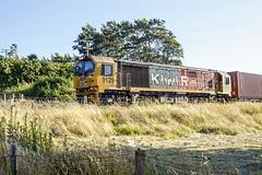 Trundling (XPinger (Chris Sutton)) Tags: railways diesellocomotive freighttrain bayofplenty kiwirail classdl containertrain topazdetail