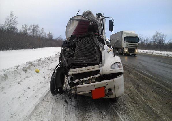 ВСызранском районе фура врезалась вКамаз, пострадал шофёр