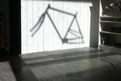 Projektion (velostat.) Tags: cvelostat13086berlinlanghansstrase6 velostat rahmen schatten verkaufsraum tresen sattelstütze berlinweisensee