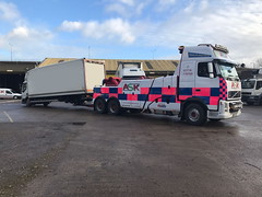 Volvo FH13 Rear Suspend Towing A Lorry Which The Rear N/S Wheels Fell Off (JAMES2039) Tags: volvo tow towtruck truck lorry wrecker heavy underlift heavyunderlift 6wheeler 4wheeler rear rearsuspend daf 45 cardiff rescue breakdown ask askrecovery recovery fh13 pn09juc pn09 juc