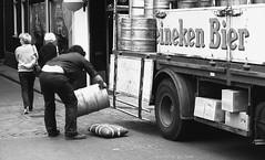 (On)verdeelde aandacht (Maurits van den Toorn) Tags: werk work arbeit bier beer girls heineken amsterdam nieuwmarkt schwarzweiss blackandwhitezwartwit