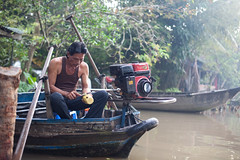 Pelando una piña (Sitoo) Tags: mekong boat boats cantho delta floatingmarket market mekongdelta river vietnam