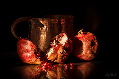 chicchi di fortuna... (Fabiob74) Tags: fabiob74 melograno stilllife fortuna luck naturamorta luce light frutta pomegranate fruit composizione composition rame copper