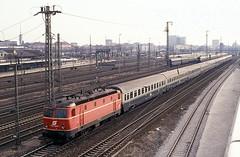 1044 033  München Hbf  19.03.91 (w. + h. brutzer) Tags: münchen eisenbahn eisenbahnen train trains österreich austria elok eloks railway lokomotive locomotive zug öbb 1044 webru analog nikon