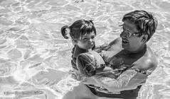 Sara y Maribel (victorcaudet) Tags: summer portrait blackandwhite white black blancoynegro blanco familia retrato negro piscina swimmingpool verano