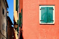"""""""Sobre el nombre de las cosas"""" C Peri Rossi (Herminio.) Tags: ventana pueblo calleja window town rojo red verde green verano summer"""