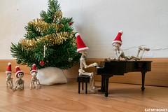 Eat my Bones (Pose Skeleton) Christmas eve (EatMyBones) Tags: bones christmas miniature poseskeleton rement skeleton toy tree