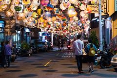 普濟殿花燈下情人 (hosihane) Tags: 室外 台灣 台南中西區 普濟殿 花燈 過年 張燈結綵 夜晚 街道 巷子 情侶 燈籠 點燈 影子