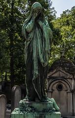 Tumba (Jose Losada Foto) Tags: verde blancoynegro luz arquitectura arboles cementerio bn ciudades lugares tumbas popular francia parís cimetièredupèrelachaise nikond90 joselosada