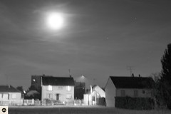 01md1216 (photo & life) Tags: montargis france europe photography photolife™ jfl leica leicam leicamtype240 m canonrangefinder50mmf15ltm 50mm cityscape urban urbain blackandwhite noiretblanc fullmoon moon ville city sky