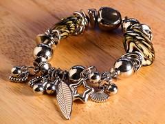 Bijus Rose (angelasmorato) Tags: bijouteries bijus bijuterias joias pulseiras madeira