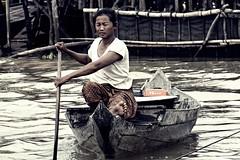 Viviendo en el agua (Egg2704) Tags: camboya cambodia kompongphluk barca barcas retrato retratos egg2704 ព្រះរាជាណាចក្រកម្ពុជា