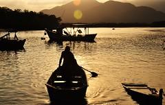porque é um NOVO ano... (Ruby Ferreira ®) Tags: litoralnortedesampa silhouettes ripples pescador fihserman boats barcos montain montanha sunset pôrdosol forest river rio floresta silhuetas