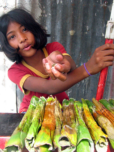tupig snack delicacy made of rice young girl vendor street sidewalk vendor wrapped in banana leaves mangaldan pangasinan philippines Pinoy Filipino Pilipino Buhay  people pictures photos life Philippinen  菲律宾  菲律賓  필리핀(공화국) Philippines