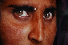 Afghan Girl/Steve McCurry/2002 (.Andy Chang.) Tags: shanghai d70s exhibition photograph nationalgeographic afghangirl stevemccurry ngs duolunroad duolun sharbatgula beyondthevision