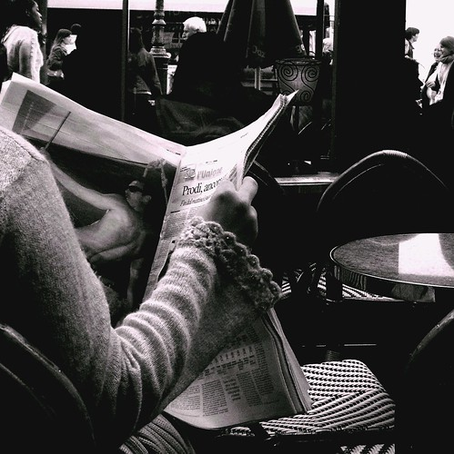 Reading the news / Giulia_