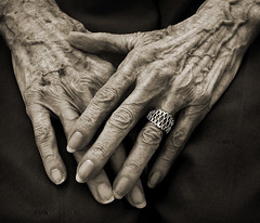 hands of 87 years (gaspi *yg) Tags: portrait blackandwhite bw topf25 sepia mom hands topf50 topc50 2006 ring elderly age a2 gaspi utatathread 1in10f100v 1in10f50v utatahands