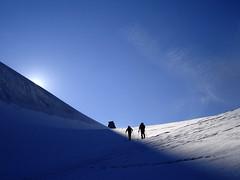 Il cammino verso la luce (kenyai) Tags: blue sky italy mountain snow mountains alps ice clouds montagne italia nuvole hiking glacier cielo neve glaciers grampa alpinismo alpi montagna granpa ghiaccio 4000 valledaosta alpinism valdaosta ghiacciaio interestingness2 granparadiso valsavarenche altamontagna valsavaranche i500