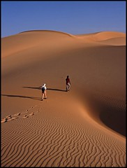 Follow the guide (cobraphil8) Tags: sahara trekking bravo desert guide mauritania heatwaves outstandingshots abigfave