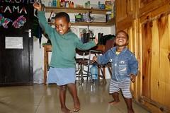 Rukaya en Sumaya aan het dansen