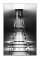 Chica en l'escala III /Girl in the stairs III (ximo rosell) Tags: ximorosell bn blackandwhite blancoynegro bw buildings arquitectura architecture stairs llum light luz valencia escales people nikon d750 detall