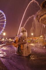 Paris Janvier 2017 - 21 une fontaine gelée Place de la Concorde (paspog) Tags: paris france janvier january januar 2017 nuit night nacht placedelaconcorde fontaine fountain brunnen fontainegelée frozenfountain