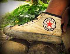 Viper Original (Sacule) Tags: tanatoraja rantepao sulawesi indonesia southeastasia canon powershot sx200is asia back viaje shoe zapato viper original dirty clothing foot dust travel village tribe exotic